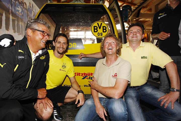 (Foto-Information: Norbert Dickel v.l. und Neven Subotic mit den Gastgebern Hans-Jörg Kogler und Jakob Lenk vor der BVB-Gondel)