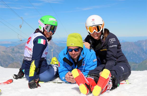 Hahn im Korb: Skiman Patrick Dorfmann hat auch während des Trainings mit seinem Schützling Nicol Delago (r.) und Hanna Schnarf (l.) Spaß. (Foto: Privat / Nicol Delago)