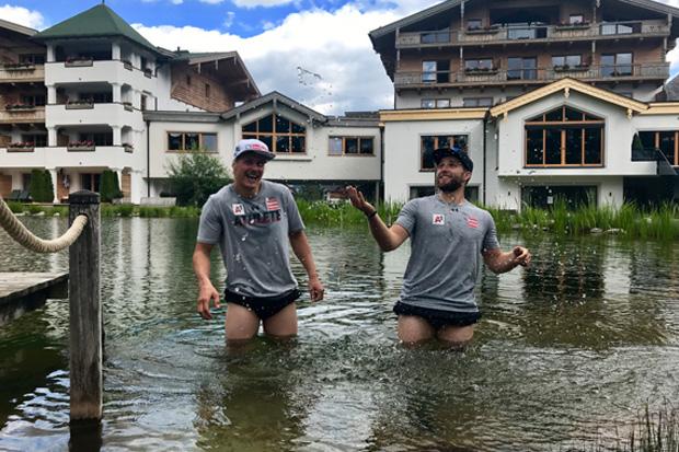 Manuel Feller und Marco Schwarz genießen nach einer harten Trainingseinheit den Teich im Hotel Forsthofgut. (Foto: ÖSV/Aichner)