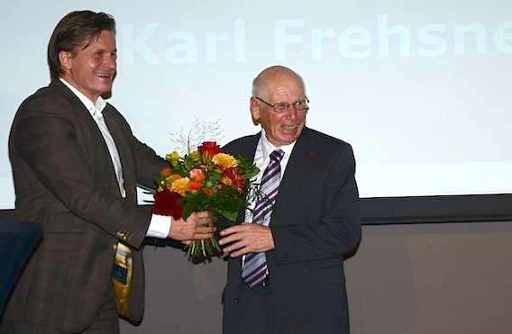 © swiss-ski.ch  /  Karl Frehsner / Karl Frehsner mit Laudator Urs Lehmann, ausgezeichnet für sein Lebenswerk als Trainer und Coach