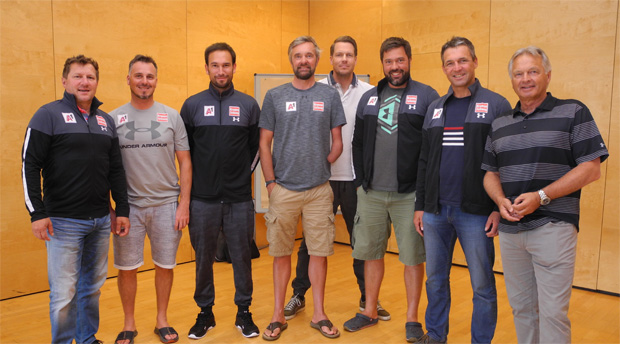 Gruppenfoto Gruppentrainer: v.l.n.r:  Gerhard Huttegger (EC Tech), Stefan Schwab (WC RTL/Kombi), Christoph Alster (WC Speed 2), Meinhard Tatschl (WC Veith), Roland Assinger (WS Speed 1), Hannes Zöchling (WC Tech), Jürgen Kriechbaum (Sportlicher Leiter ÖSV Damen), Hans Pum (Sportdirektor).