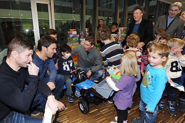 Die Kinder durften sich auch über jede Menge Weihnachtsgeschenke freuen. (Foto: Erich Spiess)
