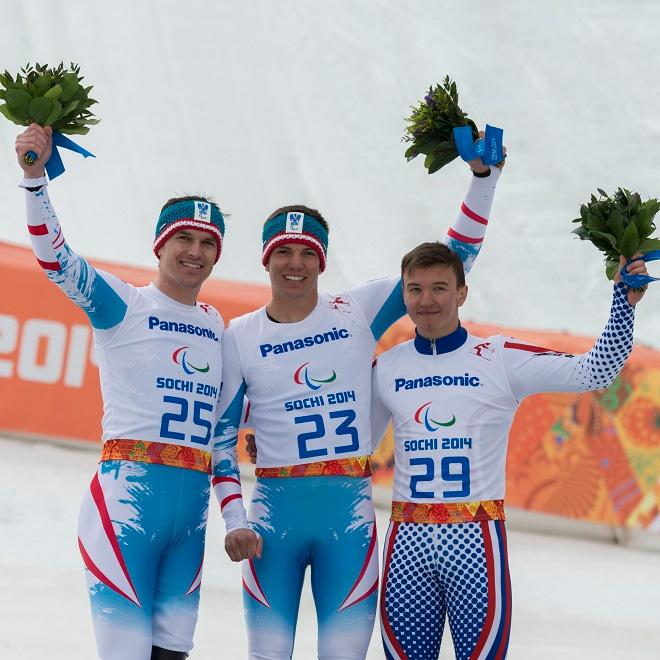 Matthias Lanzinger (Silber), Markus Salcher (Gold) und Alexej Bugaew (Russland/Bronze) bei der Flower Ceremony im Rosa Khutor Alpine Center nach dem Super-G.  © ÖPC/Franz Baldauf