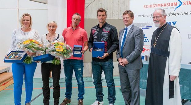 © www.schigymnasium-stams.at / Unsere erfolgreichen Olympiateilnehmer: Niki Hosp, Daniela Iraschko-Stolz, Christoph Sumann und Mario Matt mit Dr. Hannes Schmid (RLB Tirol) und Abt HR Mag. German Erd (v.li.)