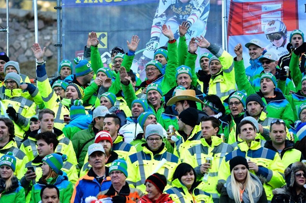 © saslong.org /  Oti, Oti, Oti! Fanklub-Parade wieder an dei Fans von Otmar Striedinger