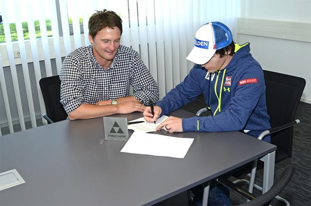 © fischersports / Fischer Sports Rennsportsleiter Siegi Voglreiter u. Christoph Nösig bei der Vertragsunterzeichnung