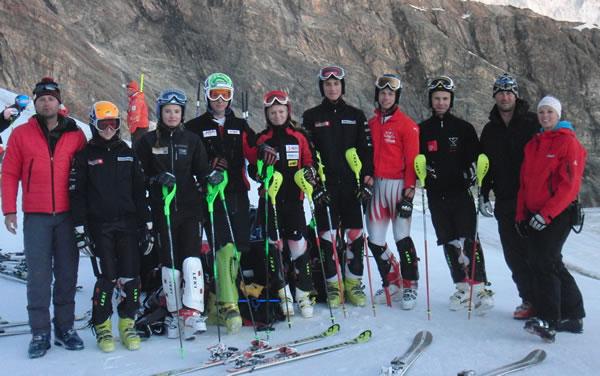 Die Alpin-Talente Jahrgang 1995 mit ÖSV-Nachwuchsreferent Thomas Reiter (li.) und den Trainern Thomas Lödler und Corina Stocker (re.). Foto: Saas Fee