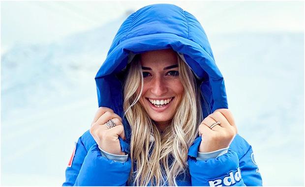 Asja Zenere schnallt am Stilfser Joch ihrer Skier an (Foto: Instagram / Vera Tschurtschenthaler)
