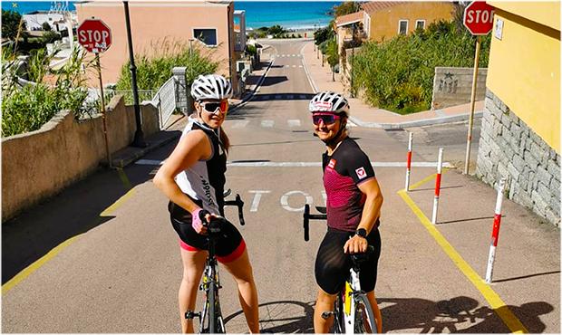 Nicht nur Christina Ager und Sabrina Maier trat auf der Mittelmeerinsel Sardinien ordentlich in die Pedale (Foto: Sabrina Maier / Instagram)