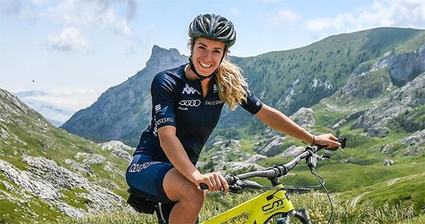 Marta Bassino hält sich auf dem Mountainbike fit (Foto: © Marta Bassino / Facebook)