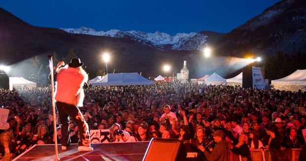 © Jack Affleck / Vail Resorts: Während der FIS Alpinen Ski-WM 2015 von 2. bis 15. Februar in Colorado finden Open-Air-Konzerte auf der Championships Plaza in Vail statt – der Blick auf die Rocky Mountains ist inklusive