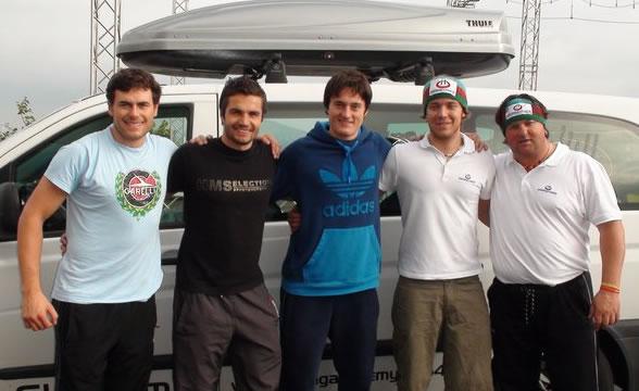 Von links nach rechts: Schmid Philipp, Thaler Patrick, Platzer Lukas, Brachner Patrick, Coach Daniel Fahrner vor dem Teambus