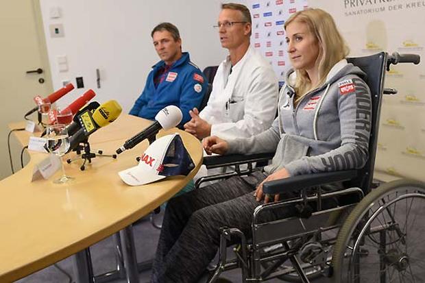 Jürgen Kriechbaum, der sportliche Leiter der ÖSV-Damen, Christian Hoser, der behandelnde Arzt, sowie Eva-Maria Brem bei der heutigen Pressekonferenz im Sanatorium Hochrum.  (Foto: ÖSV/Erich Spiess)