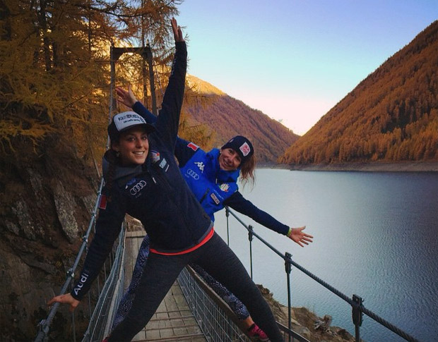 "Federica Brignone und Chiara Costazza beim "" Recovery Walk"" (© facebook / Chiara Costazza)"
