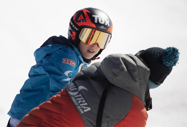 Gruppentrainer Stefan Schwab an der Seite von Stephi beim ersten Schneekontakt. (Foto: Tux.at)