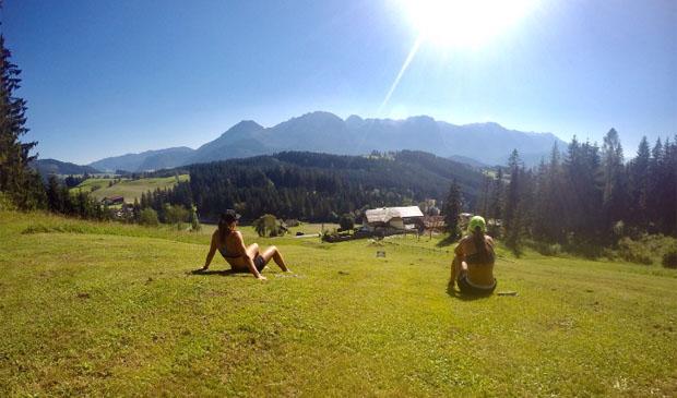 Carina und Dajana entspannen nach einer Trainingseinheit. Der Blick geht immer nach vorne. (Foto: Carina Dengscherz)