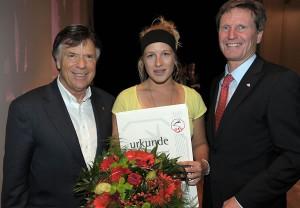 ÖSV-Präsident Peter Schröcksnadel und der Präsident des Tiroler Skiverbandes, Werner Margreiter, überreichten die Urkunde an Jessica Depauli. Foto: TSV/Oberacher