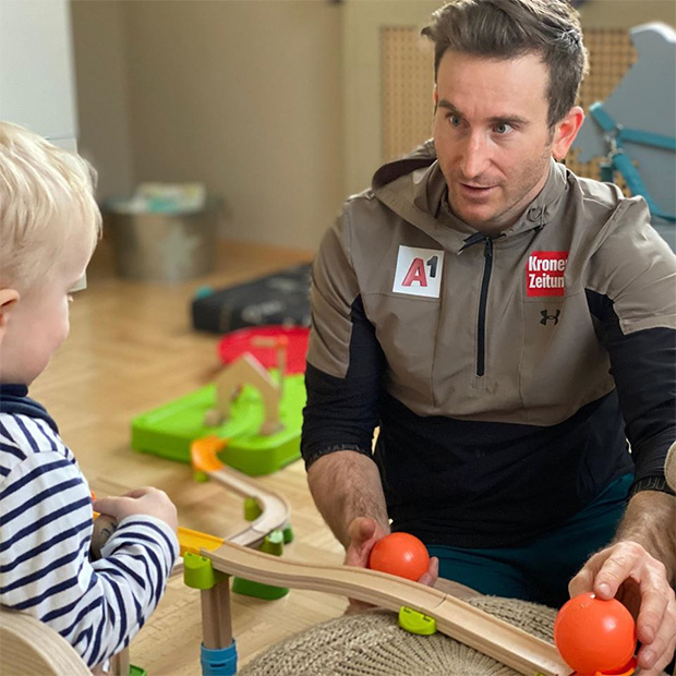 Ganz privat: Marc Digruber beim Spielen mit Sohn Noah (Foto: Marc Digruber / Instagram)