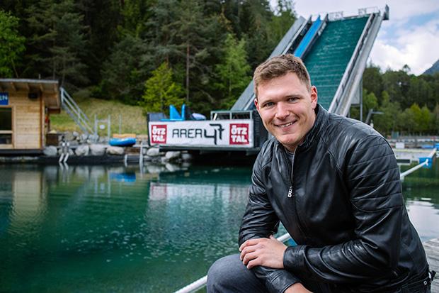 Thomas Dreßen zu Besuch im Outdoor-Freizeitpark AREA 47 (©AREA 47)