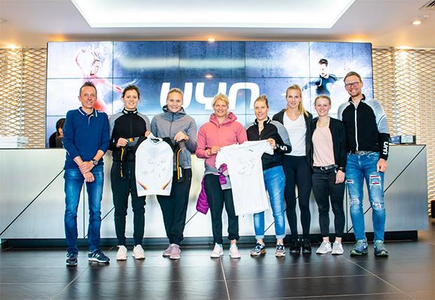 Die DSV-Damen besuchten die Firma Unysports in Asola (© DSV-Alpin / Facebook)