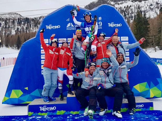 Das Schweizer Team lässt die frischgebackene Junioren-WM-Super-G-Bronzemedaillengewinnerin des Jahres 2019 hochleben (Foto: Lindy Etzensperger / privat)