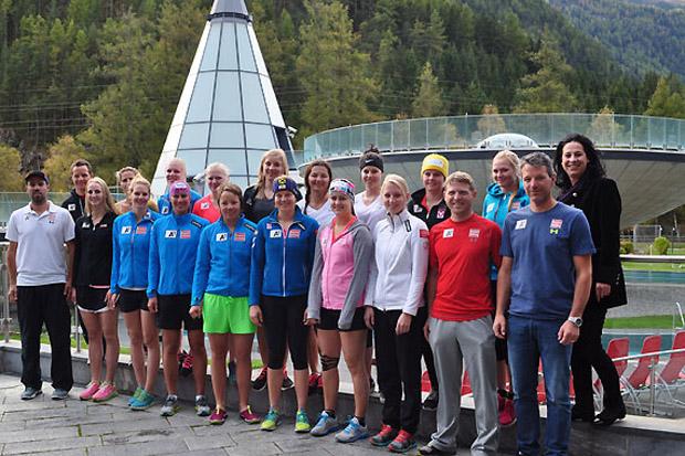 Gruppenfoto der Europacup-Damen mit Barbara Krabath (re., Director/General Manager Aqua Dome). (Foto: ÖSV)