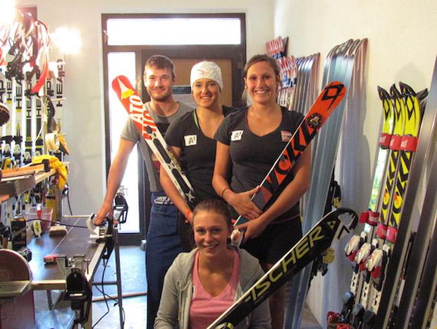 Servicmann Michael Wildauer mit Katharina Huber, Theresa Steinlechner und Michaela Heider. (Foto: ÖSV)