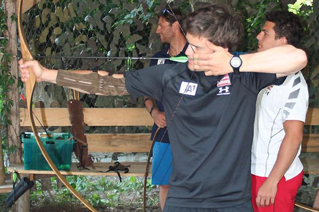 Auf den Spuren von Robin Hood: Roland Leitinger und Co. versuchten sich auch im Bogenschießen. (Foto: ÖSV)