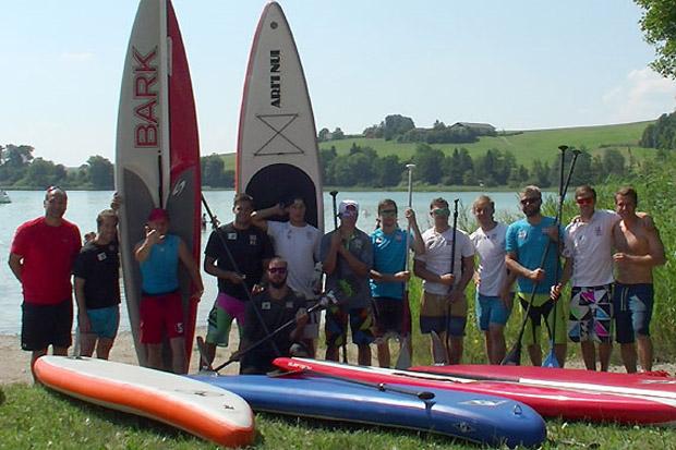 Am Mattsee absolvierte das Team noch eine Stand up Paddle-Einheit. (Foto: ÖSV)