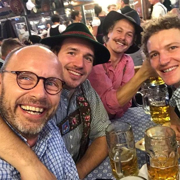Eine Maß für Felix Neureuther, Manuel Feller und Linus Straßer, bitte! (Foto: Manuel Feller / Facebook)