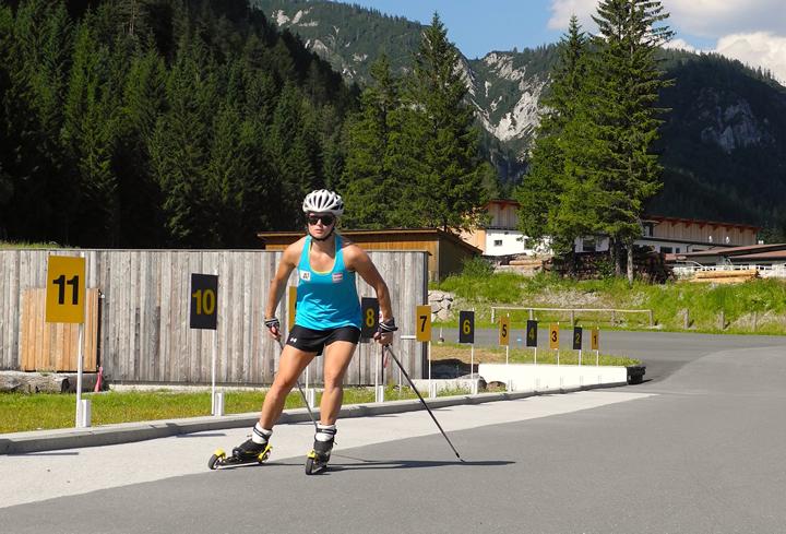 Anna Fenninger beim Skirollertraining in der Biathlonanlage Hochfilzen.  (Foto: ÖSV/Malzer)