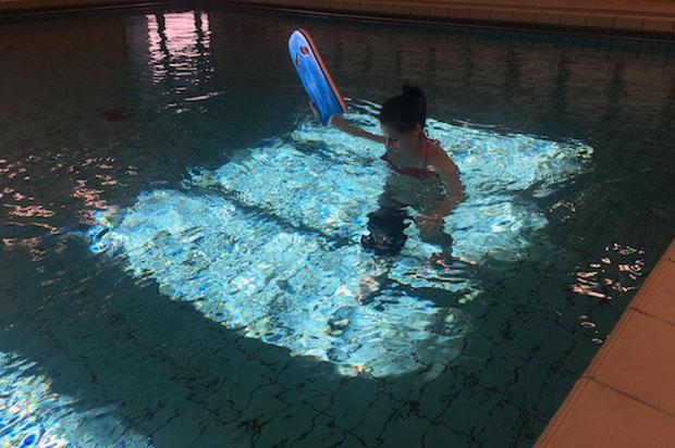 Anna Fenninger absolvierte heute ihre ersten Schritte ohne Gehhilfen im Wasser. (Foto: ÖSV)