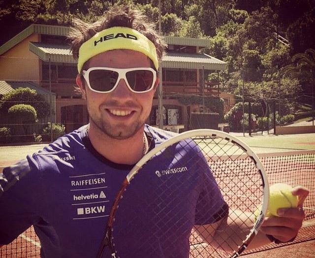 © facebook / Beat Feuz nimmt den Tennisschläger in die Hand