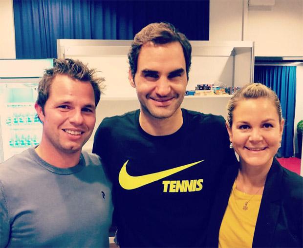 Abfahrtsweltmeister Beat Feuz mit Roger Federer und Freundin Katrin Triendl. (Foto: privat)