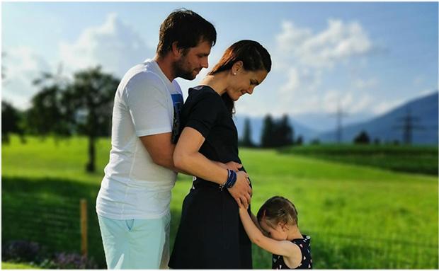 Beat Feuz, Lebensgefährtin Katrin Triendl und seiner Tochter Clea freuen sich auf den Familienzuwachs. (Foto: © Beat Feuz / Facebook)