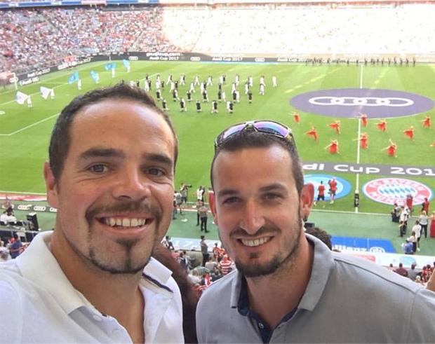 Peter Fill und Dominik Paris gönnten sich einen besonderen Fußballabend (Foto: Peter Fill / Facebook)