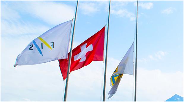 Die FIS-Flaggen wurden auf Halbmast gesenkt und werden dort 23 Tage lang bleiben, einen Tag für jedes Jahr, in dem Gian Franco als FIS-Präsident tätig war. (Foto: © FIS-Ski.com)