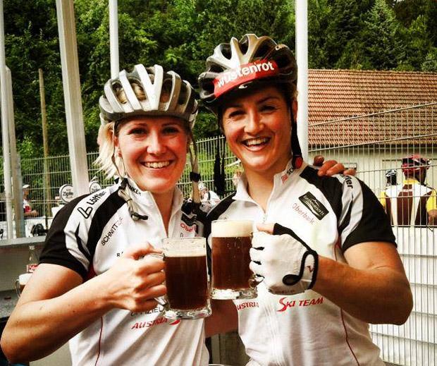 Meine Teamkollegin Lizz Görgl und ich sind heute beim 6h Radrennen in Grieskirchen an den Start gegangen und konnten die Damenwertung für uns entscheiden. War eine lässige Erfahrung (© facebook / Andrea Fischbacher)