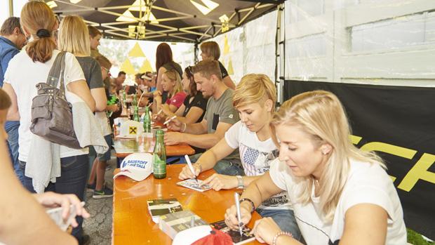 Die Autogramme der Weltcupstars waren auch in Ried gefragt (Fotocredits: Fischer Sports GmbH)