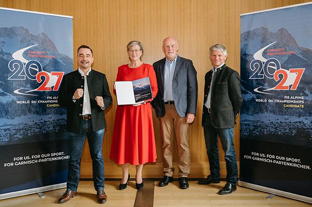 Herr Michael Gerber (Geschäftsführer der GaPa Tourismus GmbH), Frau Elisabeth Koch (Erste Bürgermeisterin), Herr Peter Fischer ( SKI WM Beauftragter des Ski-Club Garmisch) und Herr Hubert Schwarz (Vorstandssprecher des DSV)