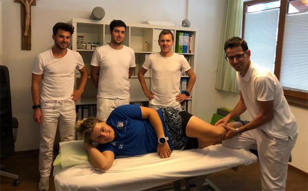 Die Phsysiotherapeuten Maximilian Unterkofler, Dominik Kofler, Simon Knoll und Gregor Comploi kümmern sich um Verena Gasslitter. (Foto: privat)