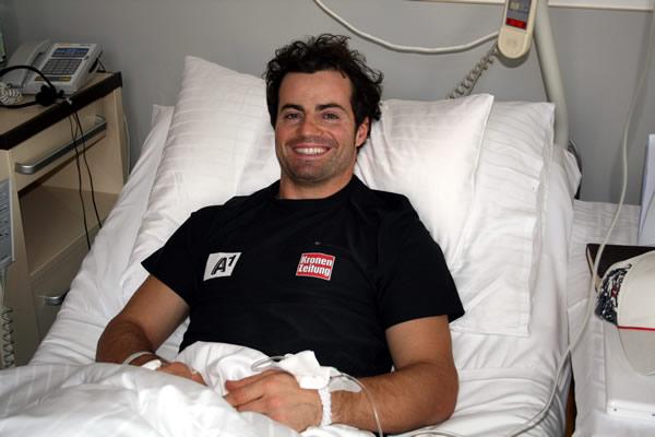 Stephan Görgl kann einen Tag nach seiner Banscheiben-Operation schon wieder lachen. (Foto: ÖSV/Bernhard Foidl)