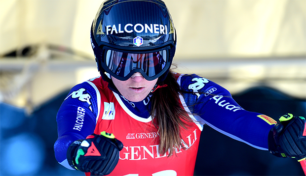Sofia Goggia schaut im WM-Winter 2020/21 von Rennen zu Rennen (Foto: © Archiv FISI/Pier Marco Tacca /Pentaphoto)