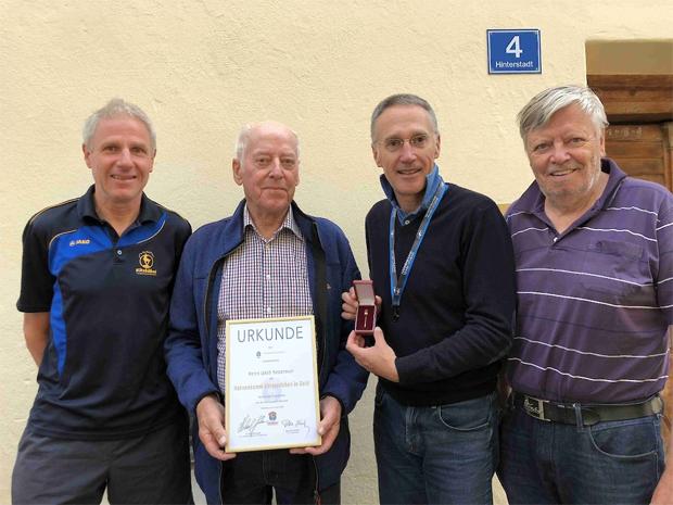 © hahnenkamm.com / Von links: Bergchef Gerhard Raffler, Jakob Hetzenauer, KSC-Präsident Michael Huber, HKR-Rennsekretär Peter Eder.