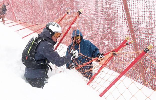 © Hahnenkamm.com / Die Netze, so wie hier im Steilhang, müssen von der Schneelast befreit werden.
