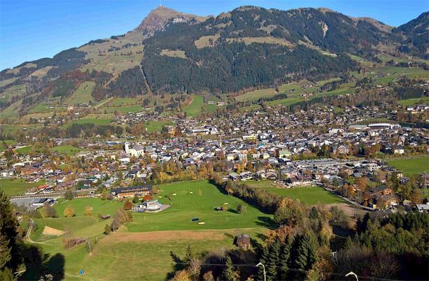 © hahnenkamm.com / Blick vom Hausberg auf Kitzbühel