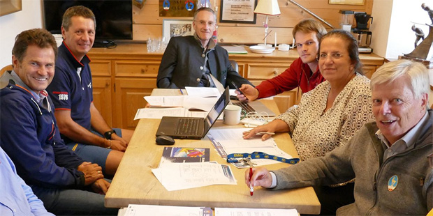 Foto: ©KSC: von links: Herbert Mandl (ÖSV), Peter Gerdol (FIS), Michael Huber (K.S.C. Präsident, OK-Vorsitzender), Jan Überall (KSC/HKR), Barbara Thaler (KSC/HKR), Peter Eder (Rennsekretär).