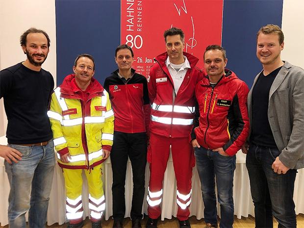 V.l.: Dr. Simon Gasteiger, Gerhard Czappek (Samariterbund), Florian Haderer (Bergrettung), Bernhard Gschnaller (Rotes Kreuz), Cpt. Christoph Grünbacher (ÖAMTC), Dr. Helmuth Obermoser jun. (Foto: © Hahnenkamm.com)