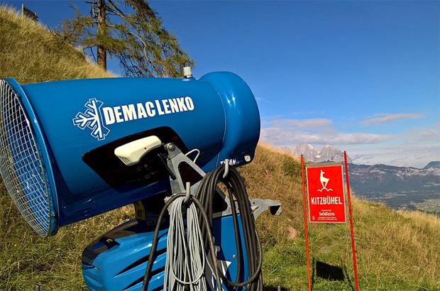 © hahnenkamm.com / Wie am Seidlalmsprung hat das KitzSki-Team (Bergbahn AG) auf der gesamten Streif und am Ganslern bereits die Schneeerzeuger positioniert.