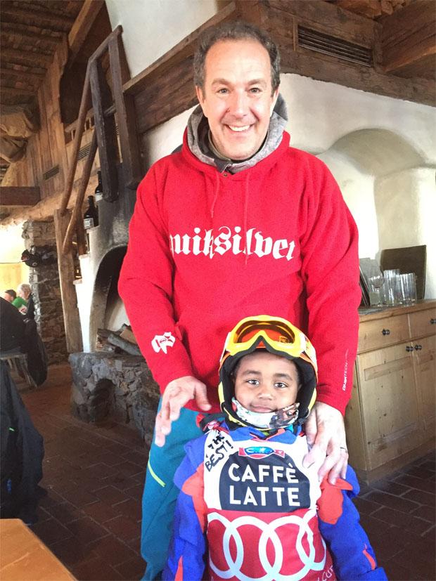 Guido Heuber mit dem wichtigsten Skifahrer der Welt: Seinem 4-jähriger Sohn in der roten Startnummer, in der Aksel Svindal heuer Wengen gewonnen hat. (Foto: Guido Heuber / privat)